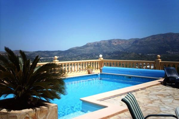 Swimming pool with nice views over the mountains and to the sea