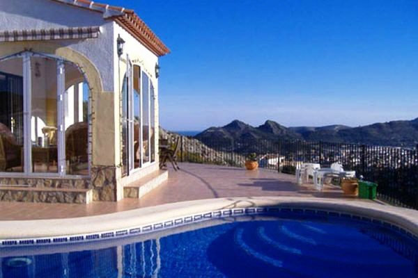 Villa with swimming pool and views over the mountains