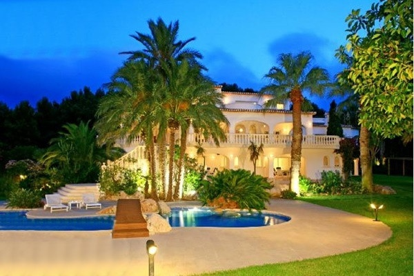 Paradise-like luxury villa in first sealine...